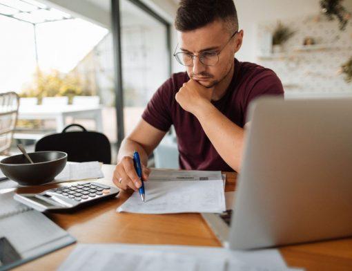Empreendedor fazendo controle financeiro para pequenas empresas
